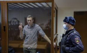 Rússia: Navalny acusa Apple e Google de serem