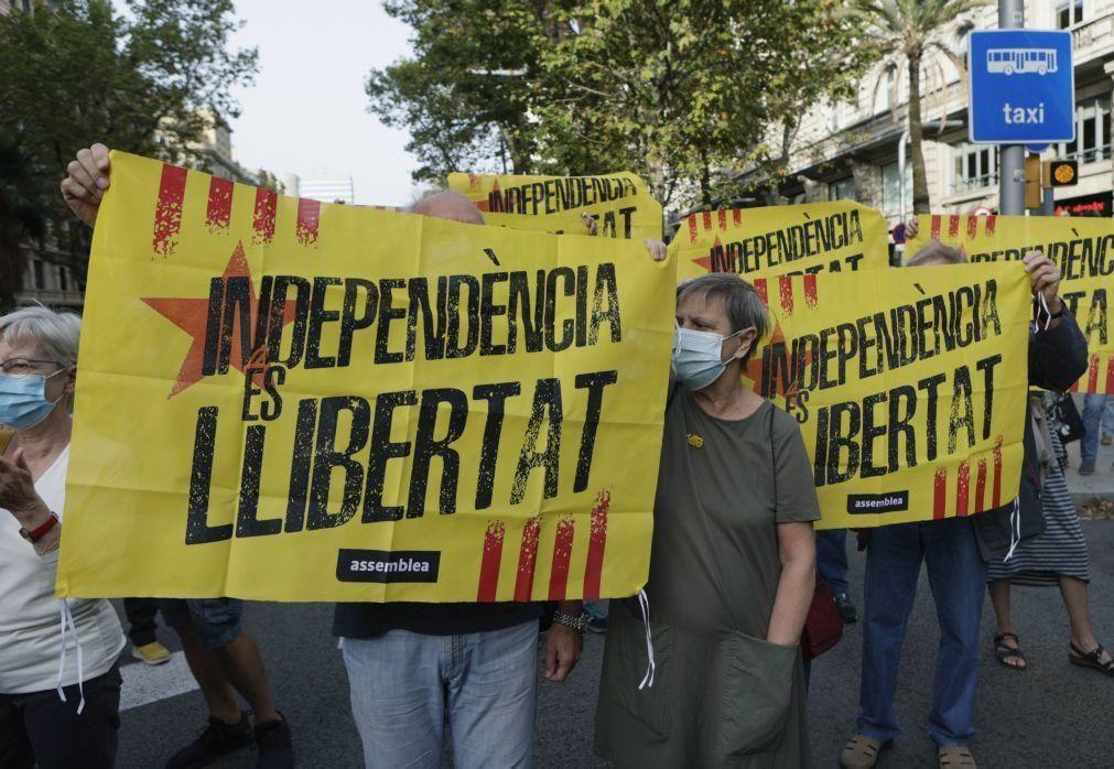 Centenas de pessoas protestam em Barcelona contra a prisão de Carles Puigdemont em Itália