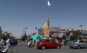 Talibãs penduram corpo numa grua na principal praça de Herat