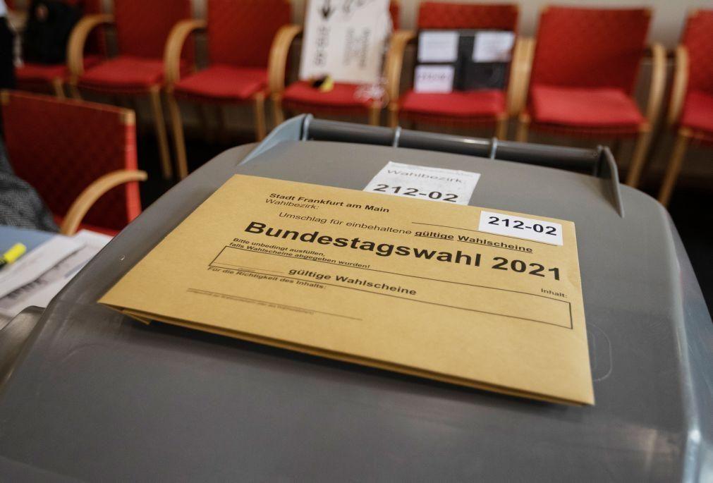 Alemanha/Eleições: Primeiras projeções dão disputa renhida entre sociais-democratas e conservadores