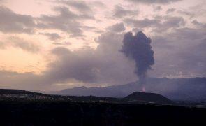 Vulcão nas Canárias volta a expelir lava e cinzas