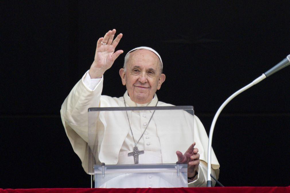 Papa exorta jovens a
