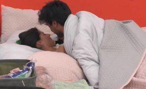 Já houve beijos no Big Brother! Ricardo e Joana trocam 'amassos' na cama
