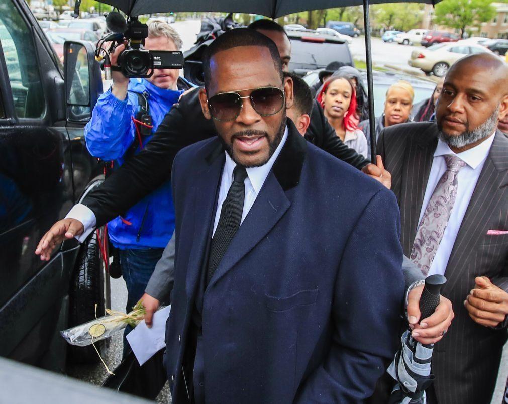 Cantor R. Kelly declarado culpado por crime organizado e tráfico sexual