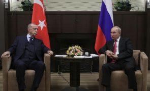Presidentes russo e turco procuram apaziguar relações entre dois países rivais
