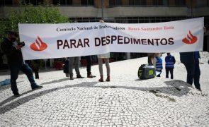Sindicatos entregam providência cautelar contra despedimentos no BCP e Santander