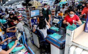 Desemprego no Brasil cai para 13,7%, menor nível dos últimos 13 meses