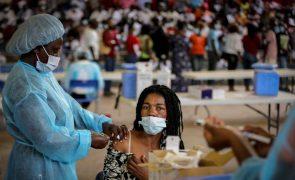Covid-19: Postos de vacinação em Luanda duplicam procura, com filas intermináveis