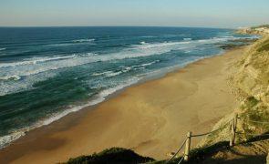Corpo de homem retirado do mar por surfista na praia da Aguda