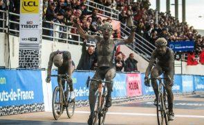 Italiano Sonny Colbrelli vence Paris-Roubaix na estreia