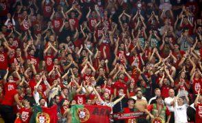 Centenas de portugueses 'afinam' vozes e creem na conquista do Mundial de futsal