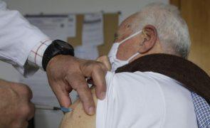 Covid-19: Maiores de 65 anos serão vacinados com a terceira dose a partir de 11 de outubro