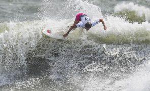 Surfistas portuguesas Teresa Bonvalot e Carolina Mendes em frente na Ericeira