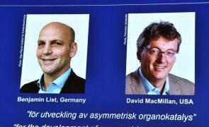 Prémio Nobel da Química 2021 para cientistas responsáveis por ferramenta que cria moléculas