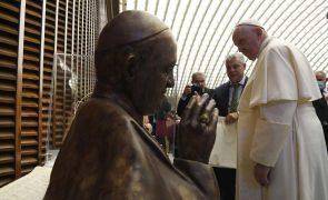 Papa alerta que  danos sobre o clima ameaçam vida na Terra