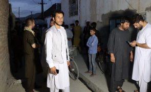 Afeganistão: Explosão em mesquita provoca pelo menos 15 mortes e 90 feridos