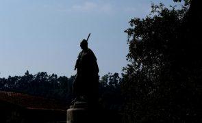Estátua de D. Afonso Henriques em Guimarães sem espada após