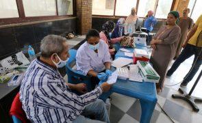 Covid-19: Três detidos no Egito após a descoberta de vacinas abandonadas