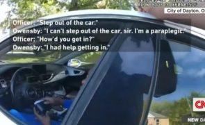 Polícia norte-americana arrasta paraplégico pelos cabelos à frente do filho de 3 anos