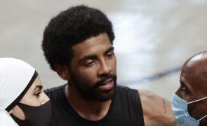 Basquetebolista Kyrie Irving afastado dos Brooklyn Nets enquanto não se vacinar