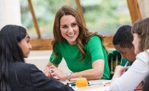 Kate Middleton Brilha com casaco comprido verde 'reciclado' e brincos muito especiais (Fotos)