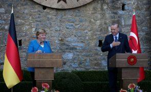 Merkel agradece cooperação a Erdogan mas critica corte de liberdades na Turquia