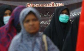 Afeganistão: Talibãs reprimem repórteres durante protesto de mulheres em Cabul