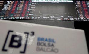 Bolsa cai no Brasil e dólar volta a subir após demissões no Ministério da Economia