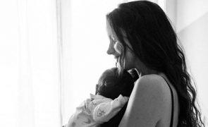 Sara Matos leva filho para o trabalho e mostra-se a amamentar [foto]