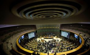 Covid-19: Senadores brasileiros votam hoje relatório que pede o indiciamento de Bolsonaro