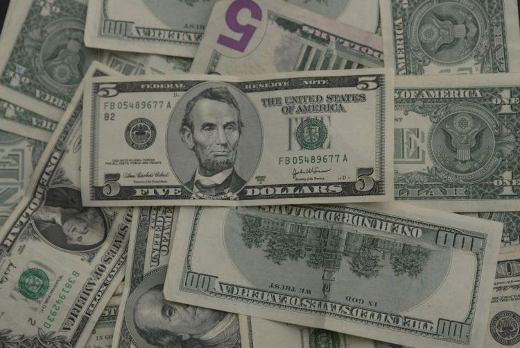 Preço do dólar nas ruas de Luanda em queda na última semana