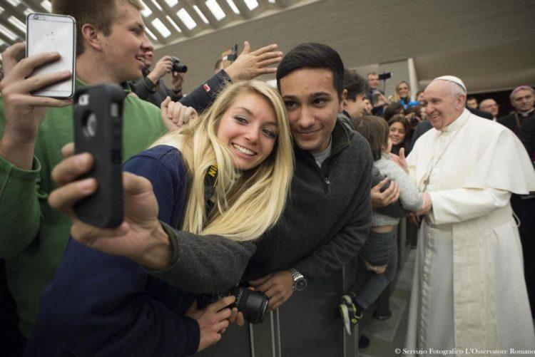 Papa convida jovens a participarem no próximo sínodo em outubro de 2018