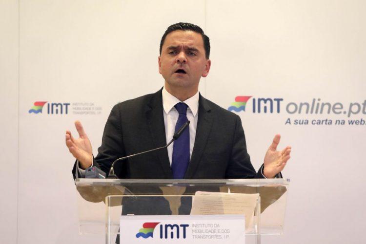 Diretor do gabinete de acidentes com aeronaves opôs-se repetidamente às orientações - Governo