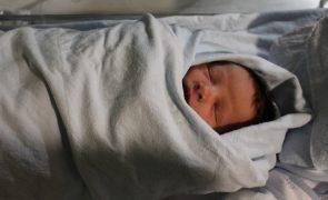 Adolescente dá à luz na rua depois de centro saúde recusar atendê-la [vídeo]