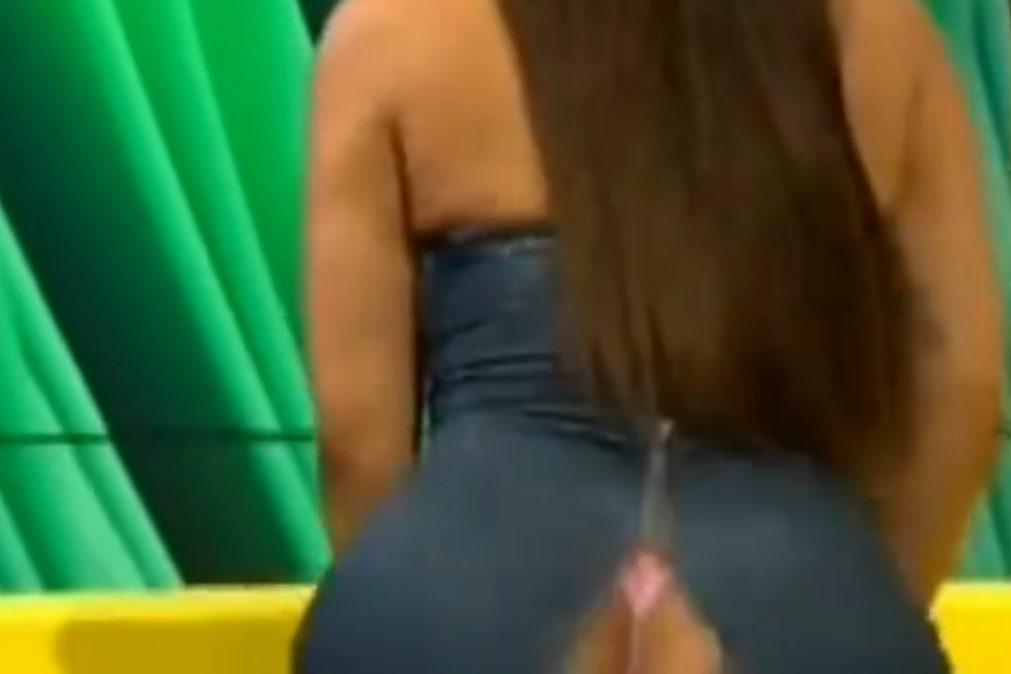 Vestido de apresentadora rasga-se em direto na TV