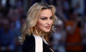 Madonna faz esfoliação com brinquedo sexual? Fãs alertam cantora [vídeo]